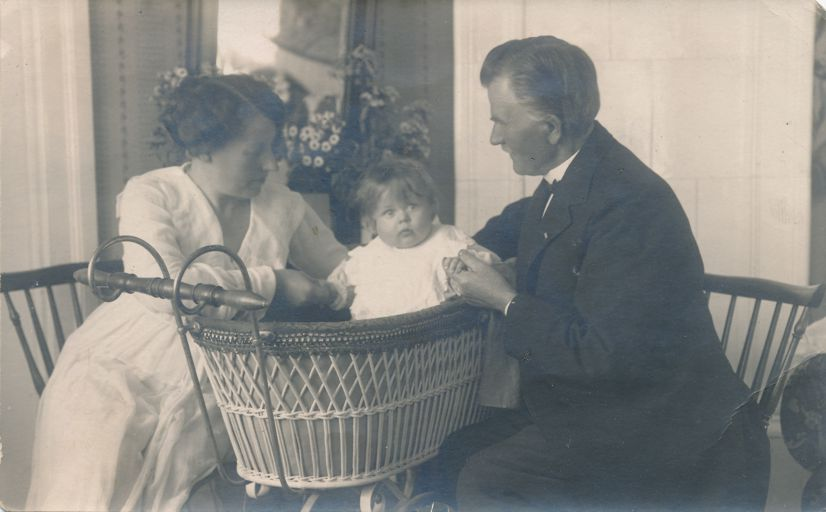 RPPC Family Photo Baby Startled by Photographer - Mailed at Hoganas, Sweden - pm 1922 - Real Photo